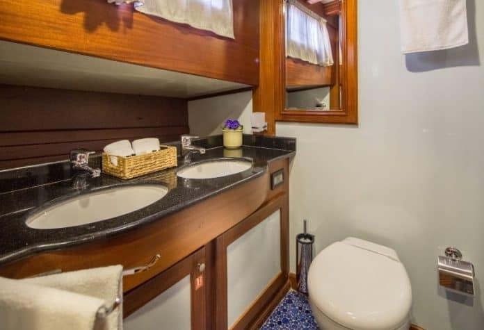 Gulet Carpe Diem bathroom