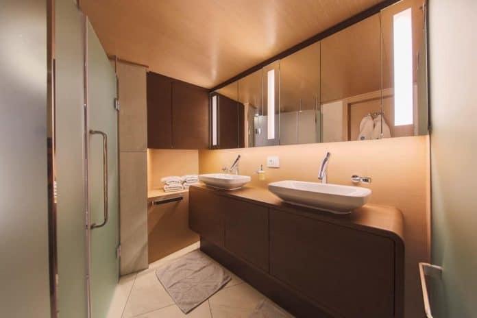 Motor sailor Aiaxaia bathroom