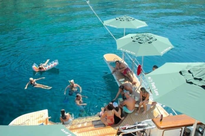 Motor Yacht Forty Love relaxing
