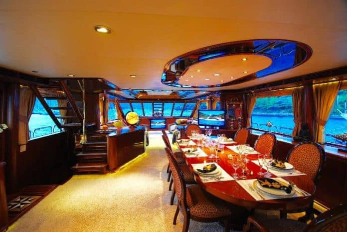 Motor Yacht Forty Love saloon