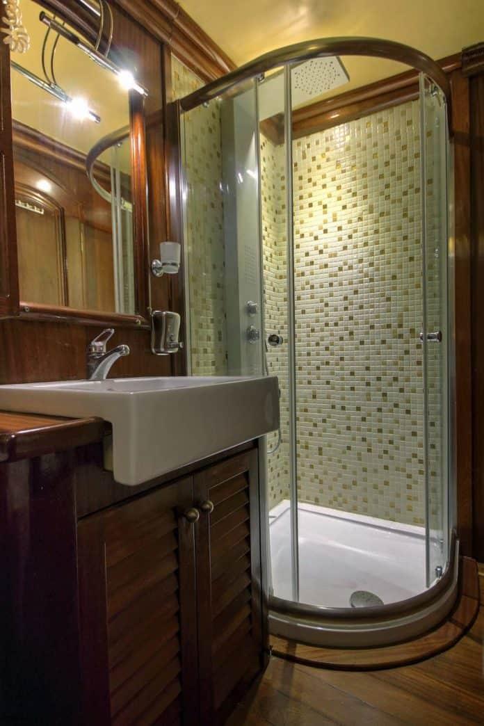 Gulet Diva Deniz Bathroom