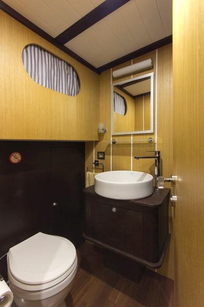 Gulet Azra Can bathroom